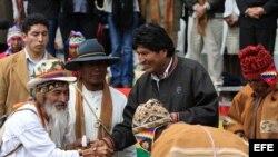 Evo Morales (C), participa con sacerdotes indígenas en las celebraciones por el solsticio de verano en el hemisferio/ 21 de diciembre 2012/Isla del Sol en el lago Titicaca (Bolivia)