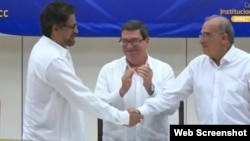 Humberto de la Calle e Iván Márquez firman el acuerdo final de paz entre el gobierno colombiano y las FARC en La Habana.