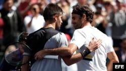 Coric y Federer se saludan tras concluir el partido con la victoria del tenista suizo.