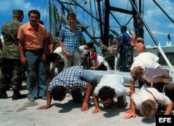Exiliados cubanos que llegan en barcos a Miami durante el éxodo del Mariel. Archivo.