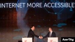 El presidente de Panamá Juan Carlos Varela estrecha la mano del fundador de Facebook, Mark Zuckerberg (i-d), durante la cumbre empresarial II CEO Summit of the Americas.