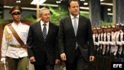 El presidente de Panamá Juan Carlos Varela y el gobernante de Cuba Raúl Castro (d-i). EFE.