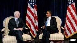 Archivo - Barack Obama (dcha), conversa con el senador John McCain, en su despacho de transición en Chicago (Estados Unidos).