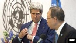 El secretario de Estado de Estados Unidos, John Kerry (i) junto al secretario general de la ONU, Ban Ki-moon (d).