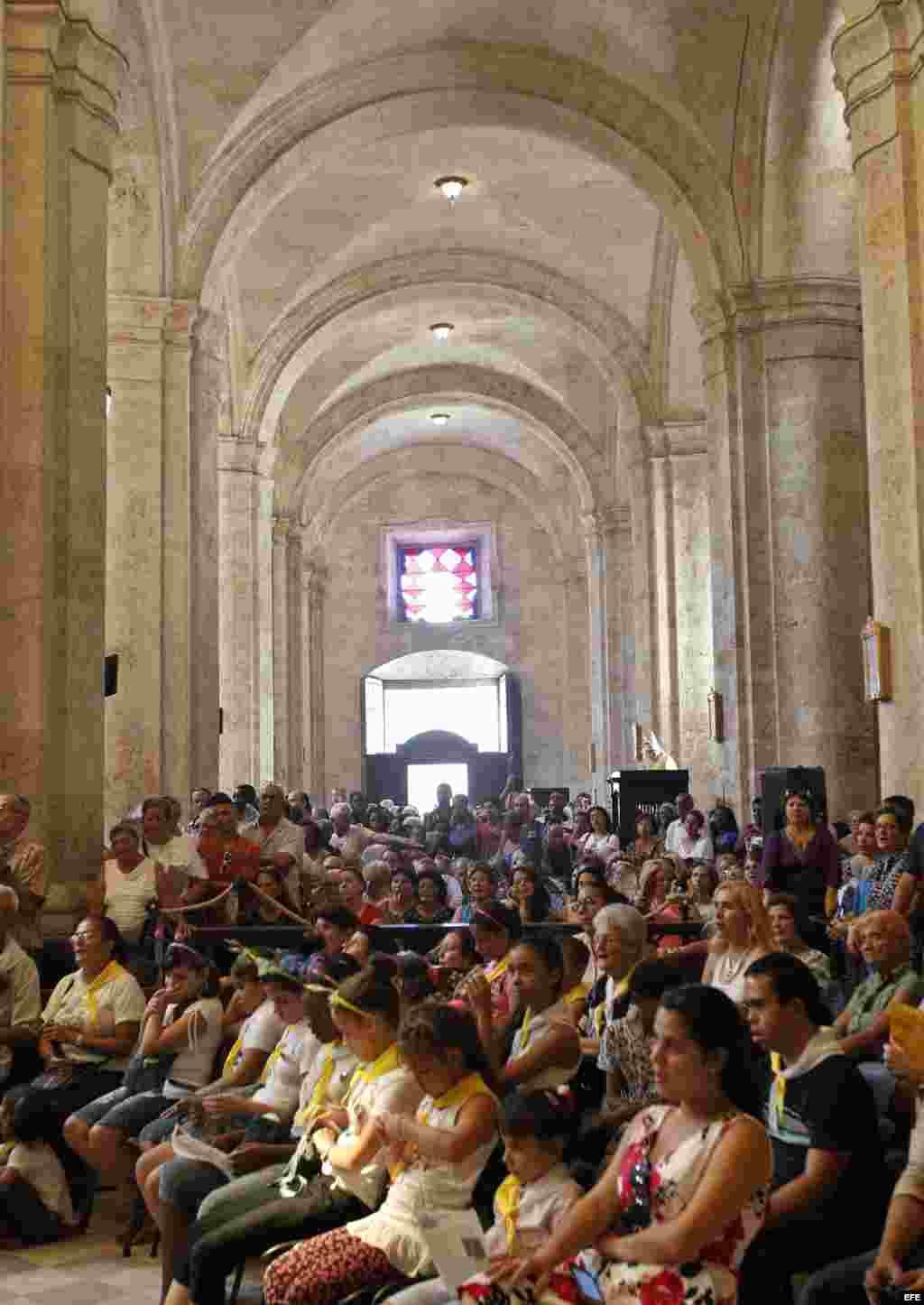 Fieles escuchan al nuevo arzobispo de La Habana, Juan de la Caridad García Rodríguez (fuera de cuadro), durante su primera misa en la Catedral de La Habana