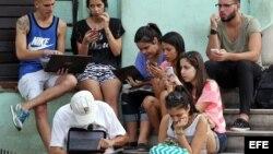 Un grupo de jóvenes que se conectan a internet en una zona WiFi, en La Habana.