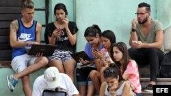 Jóvenes que se conectan a internet en una zona Wi-Fi, en La Habana (4 de febrero, 2016).