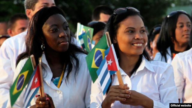 Dos doctoras cubanas celebran el programa Más Médicos.