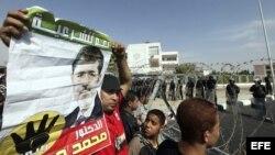 Simpatizantes del depuesto presidente egipcio, Mohamed Mursi, se enfrentan a policías antidisturbios durante una protesta en apoyo a Mursi.