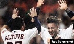 (i-e) Altuve y Gurriel celebran el éxito de los Astros de Houston.