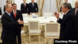 Putin se dirige a saludar a Raúl Castro