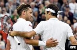 (i-d) Marcus Willis y Roger Federer se abrazan.