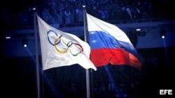 La bandera olímpica y la bandera rusa durante la ceremonia de inauguración de los Juegos Olímpicos de Sochi 2014, en el Estadio Olímpico de Sochi, Rusia, el 07 de febrero de 2014.