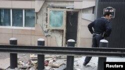 Un policía inspecciona los daños en la embajada de Estados Unidos en Ankara