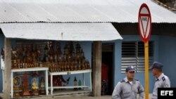 Fotografía de archivo de dos policías cubanos. EFE/Alejandro Ernesto