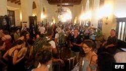 Turistas esperan ser atendidos, luego de ser trasladados desde otros hoteles, en la recepción del Hotel Nacional el 9 de septiembre del 2017, en La Habana.