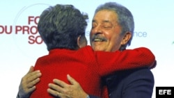 La presidente brasileña Dilma Rousseff (i) abraza a su predecesor en el cargo Lula Da Silva (d) durante su visita al Foro Social de París, Francia.