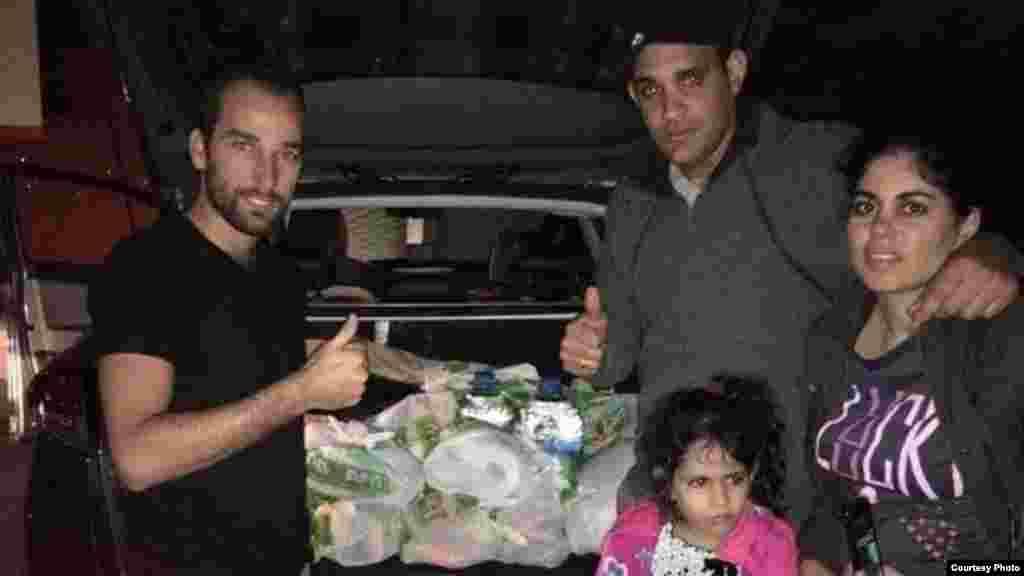 El coordinador de la Alianza, doctor Duniel Camejo (de gris) con su familia, llevan agua y alimentos.
