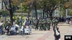 Efectivos de la Guardia Nacional Bolivariana custodian las calles de Chacao y Altamira, en Caracas (Venezuela).
