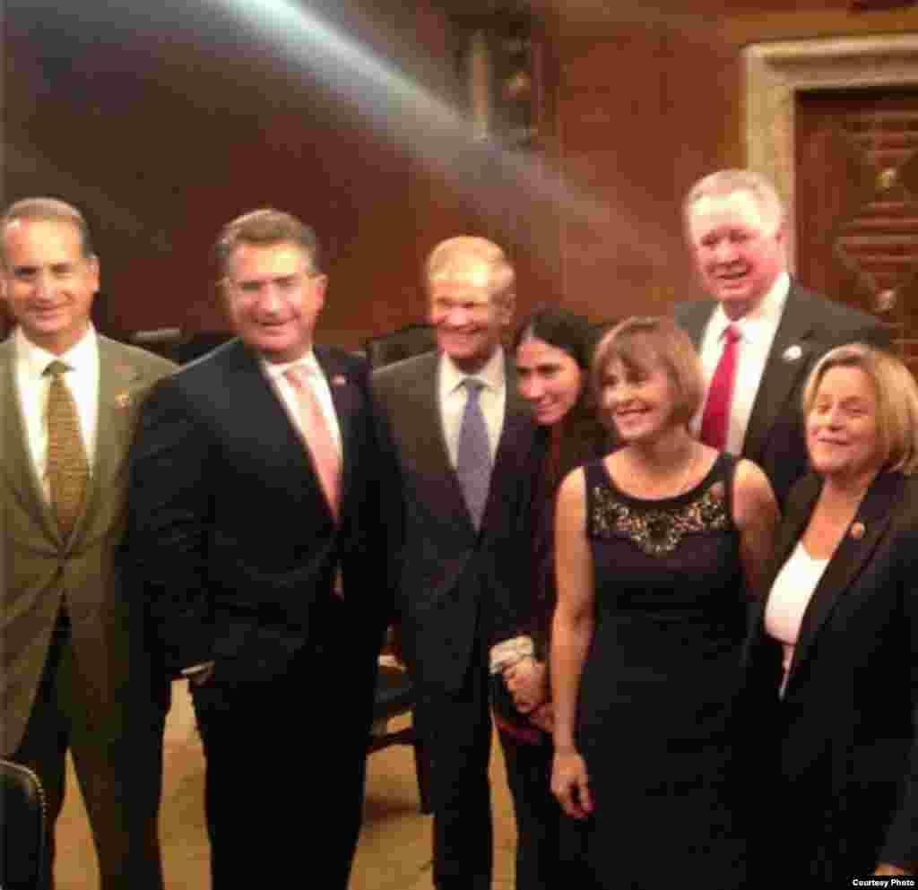 Congresistas estadounidenses, demócratas y republicanos, reciben a @yoanisanchez en el Capitolio en Washington. Tomado del Twitter de Joe García