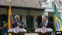 Los presidentes de Brasil, Luiz Inácio Lula da Silva (i), y de Colombia, Álvaro Uribe (d), hablan durante una rueda de prensa en la hacienda de Hato Grande, a las afueras de Bogotá (Colombia).