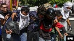Las fuerzas de seguridad de Venezuela dispersaron hoy nuevamente con chorros de agua y gases lacrimógenos una marcha de la oposición en la capital.