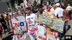Un hombre con un traje colorido decorado con banderas es visto hoy, jueves 16 de junio de 2016, en el territorio británico de Gibraltar. El primer ministro británico David Cameron anunció que no va a tomar parte en una manifestación anti-Brexit en el terr
