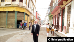 El cubano de más alto rango en el Gobierno de Obama publica fotos de su viaje a la isla.