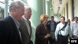El senador demócrata Patrick Leahy por Vermont, junto a Debbie Stabenow y Chris Van Hollen.