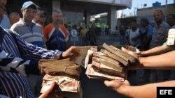 Un grupo de personas protesta en el centro y las inmediaciones del Banco Centra de Venezuela.