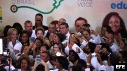 -La presidenta brasileña Dilma Rousseff posa una foto hoy, viernes 29 de abril de 2016, durante un acto en el Palacio de Planalto en Brasilia (Brasil) donde anunció la prórroga de tres años a la permanencia de médicos extranjeros y criticó las políticas e