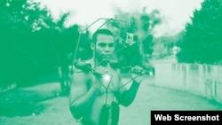 En la foto se muestra la armazón que funcionó como sistema de estabilización de la cámara.