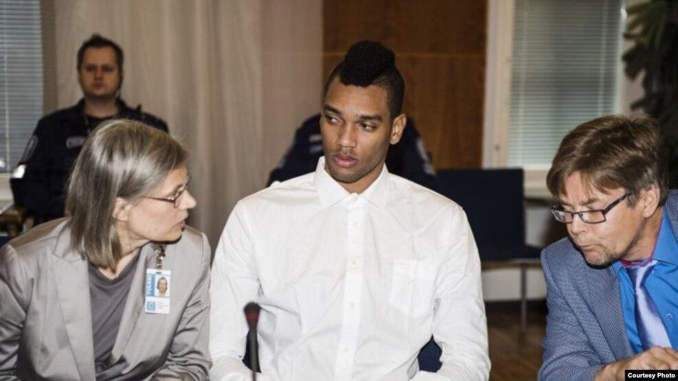 El abogado Pirkka Lappalainen (d) se comunica con su defendido, el voleibolista cubano Dariel Albo Miranda (c), a través de una intérprete.