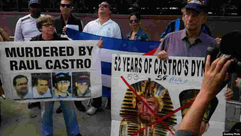 Unos 200 cubanos exiliados protestaron frente al edificio de Naciones Unidas. Foto cortesía de Mario Vallejo.