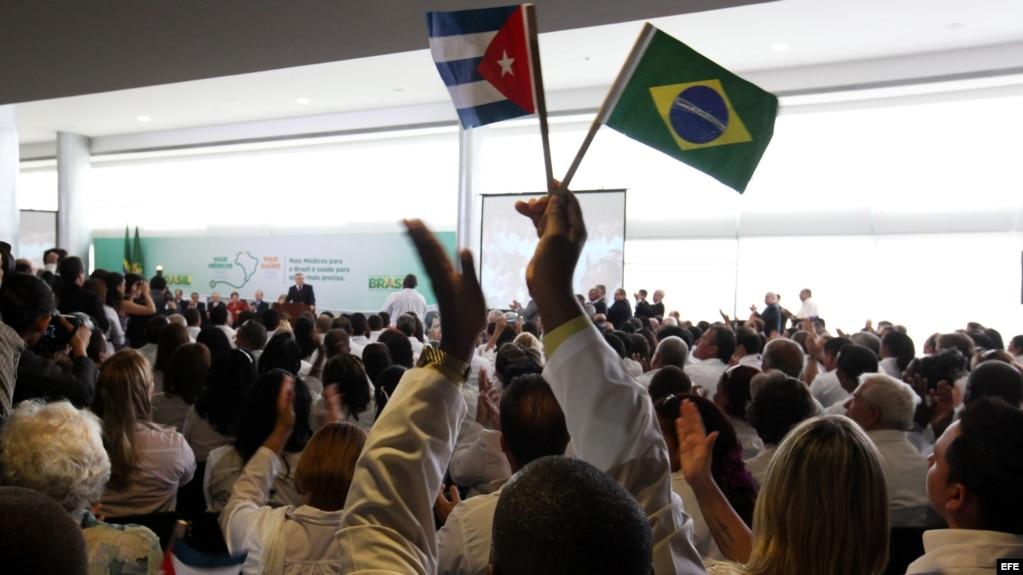 Médicos extranjeros escuchan a Dilma Rousseff, el 22 de octubre de 2013, durante la sanción del proyecto de ley que reglamenta la contratación de médicos de fuera del país para atender áreas que carecían de servicios de salud,en el palacio presidencial de