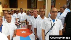 Médicos cubanos que combatieron el ébola no reciben aún los beneficios prometidos