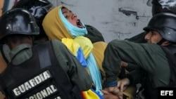 Enfrentamientos entre manifestantes opositores y Guardia Nacional Bolivariana