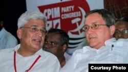 El embajador cubano en India, Abelardo Cueto, junto al líder comunista indio Prakash Karat.