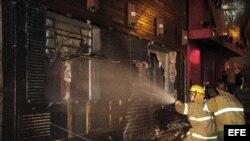 Los bomberos trabajaban en las inmediaciones de la discoteca Kiss, en la ciudad brasileña de Santa María, en el estado de Río Grande do Sul, a 286 kilómetros de Porto Alegre, la capital regional, donde la pasada madrugada se declaró un voraz incendio.