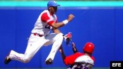 Foto de archivo. El cubano Erisbel Arruebarruena (i) sacó out al puertorriqueño Jesús Feliciano (abajo), en los preliminares del béisbol de los Juegos Panamericanos Guadalajara 2011, en el Estadio Panamericano de Béisbol de Lagos de Moreno, México.