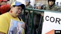 Miles de seguidores del presidente Hugo Chávez se concentran frente al Hospital Militar de Caracas.