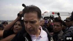 El expresidente de Guatemala Alfonso Portillo (c) es escoltado por autoridades guatemaltecas hoy, viernes 24 de 2013, durante el proceso de su extradición a Estados Unidos en Ciudad de Guatemala (Guatemala)