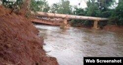 Puente colapsado en Moa. (Facebook vía Radio Angulo)