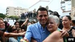 El actual gobernador del estado Miranda, Henrique Capriles Radonski, saluda a varios seguidores en un centro de votación en Caracas (Venezuela) hoy, domingo 16 de diciembre de 2012.