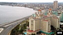 Vista de la Bahía de La Habana. En primer plano, el Hotel Nacional.