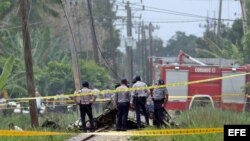 Policías y militares custodian los restos del avión Boeing-737 que se estrelló en La Habana.