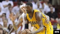 Chris Andersen de los Miami Heat presiona al centro de los Indiana Pacers Roy Hibbert (D).