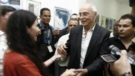 """La cubana Yoani Sánchez (i), autora del blog """"Generación Y"""", es recibida por el senador brasileño Eduardo Suplicy (2d) durante su primera jornada de visita a Brasil hoy, lunes 18 de febrero de 2013, en Feira de Santana."""