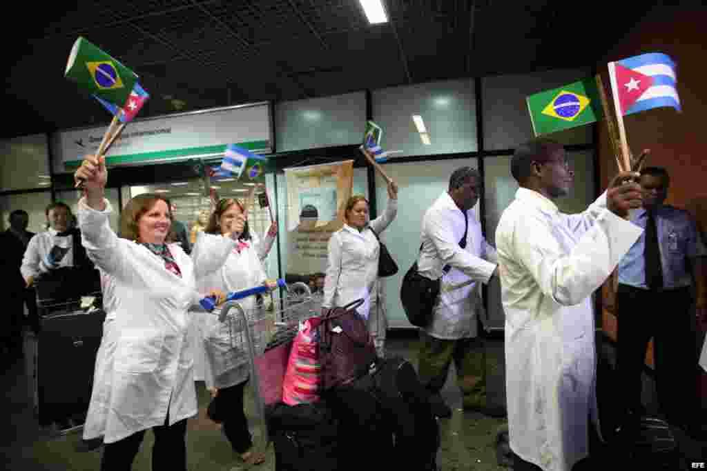 BRA303. BRASILIA (BRASIL), 24/08/2013.- Médicos cubanos llegan hoy, sábado 24 de agosto de 2013, al aeropuerto de Brasilia. La presidenta brasileña, Dilma Rousseff, anunció a inicios de julio pasado un programa para incorporar médicos extranjeros a la san