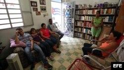 De izquierda a derecha, los opositores cubanos Yazmani Niclos, Yadira Rodríguez, Rosa María Naranjo y Fermín Zamora continúan hoy, miércoles 12 de septiembre de 2012, en una huelga de hambre, en una casa de La Habana (Cuba).